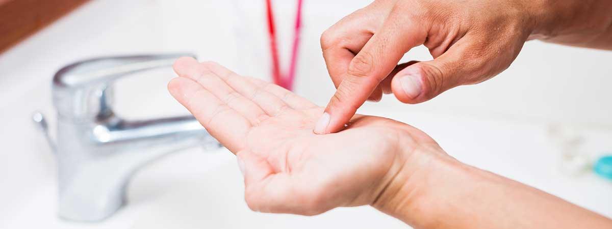 Zakładanie i zdejmowanie soczewek kontaktowych - krok po kroku
